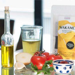 Foto einer Tomatensuppe mit Wakame-Algen