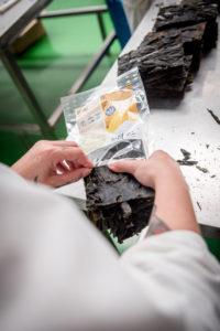 Gut getrocknet werden die Algen handverpackt