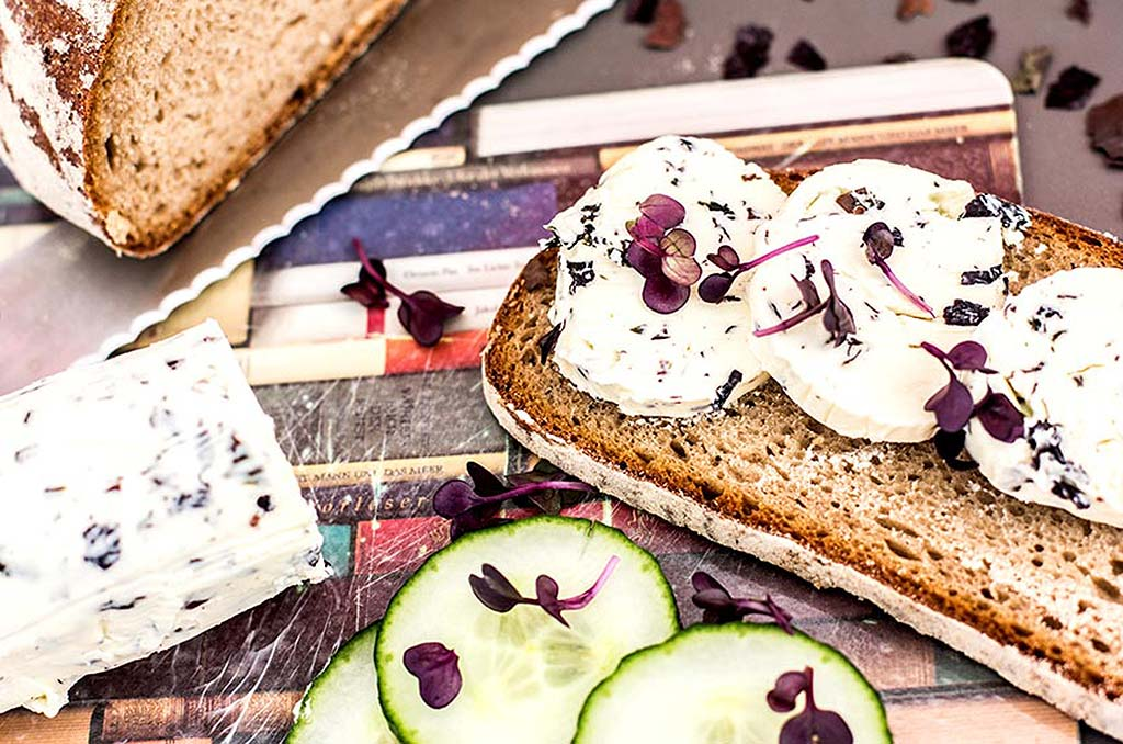 Foto eines Brotes mit Algenbutter