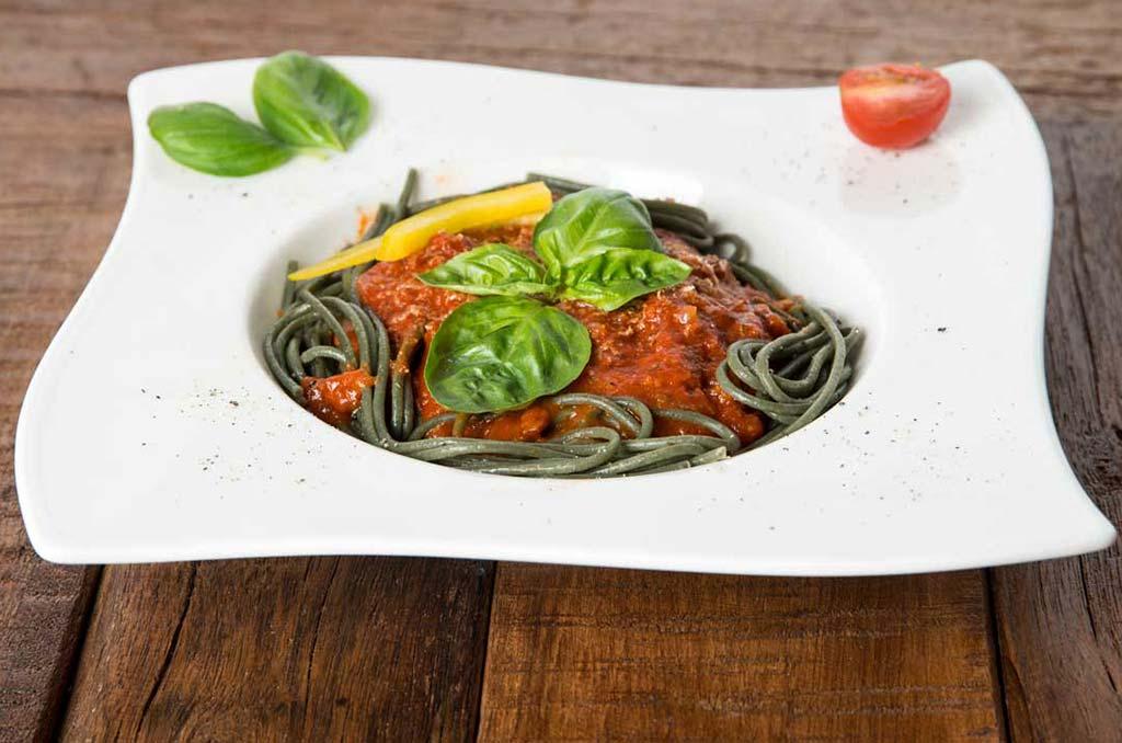 Foto eines Tellergerichtes bestehend aus Spaghetti mit Algen und Tomatensoße