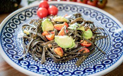Algenpasta mit Avocado und Tomaten