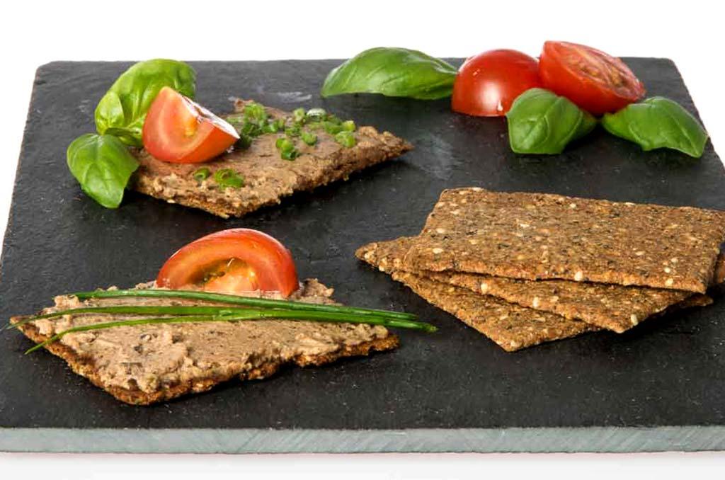 Foto von Kräuter-Kräckern mit Algenpastete