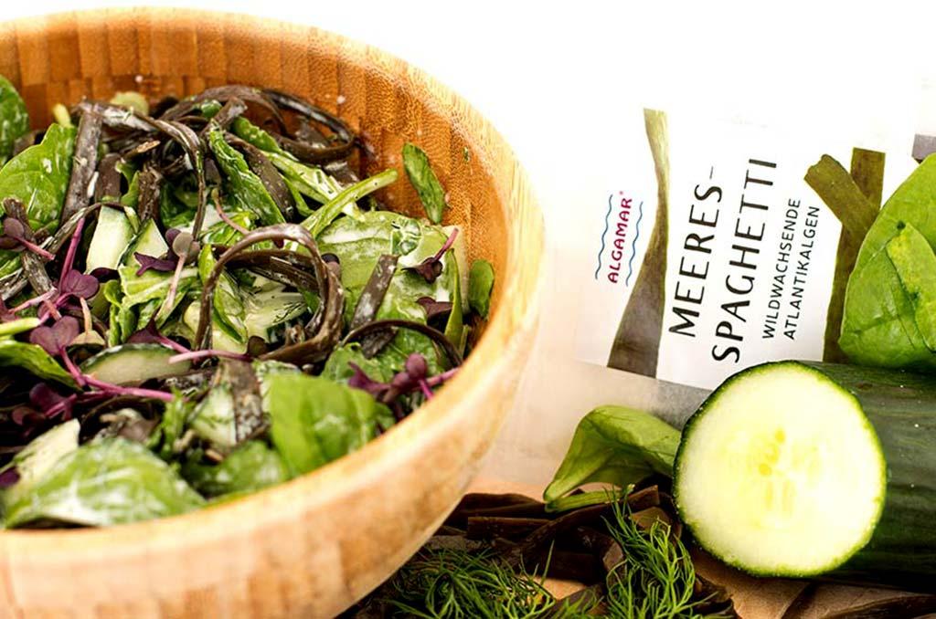 Foto eines Algen-Salates mit Gurken und Meerespaghetti