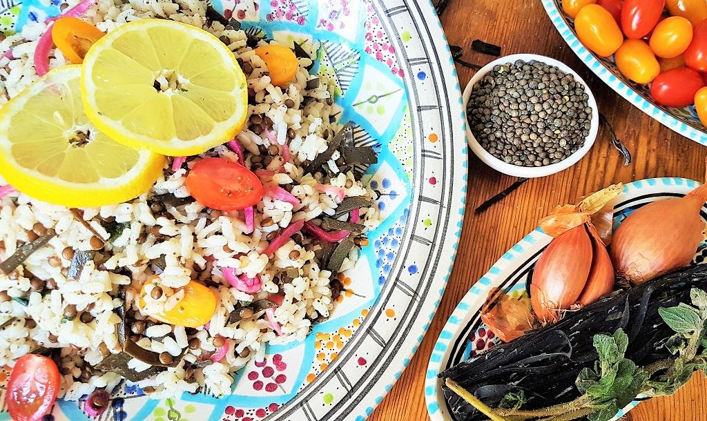 Foto eines Algensalates mit Reis, Linsen und Meerespaghetti
