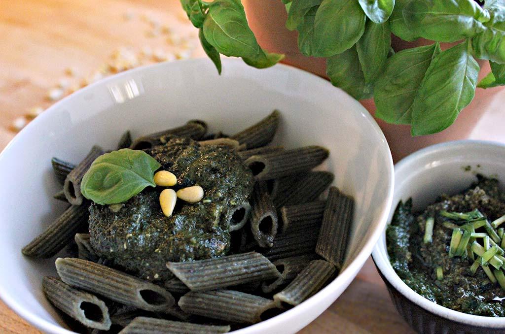 Foto einer Bowle mit Basilikum-Pesto mit Algen und Vollkornnudeln
