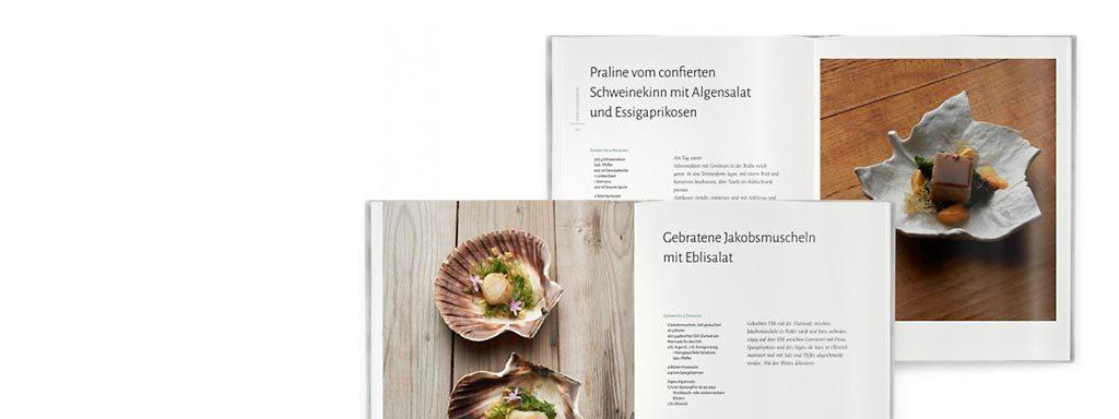 Foto von zwei aufgeschlagenen Innenseiten des Buches Algen und Küstengemüse