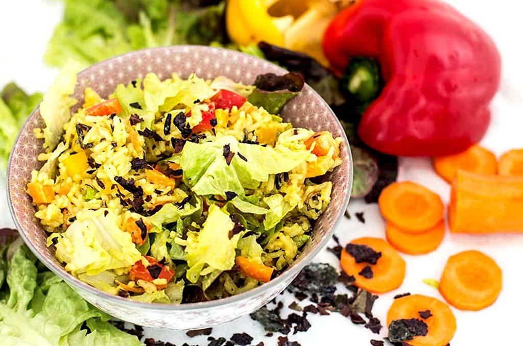 Foto eines Reissalates mit Curry und Algenflocken