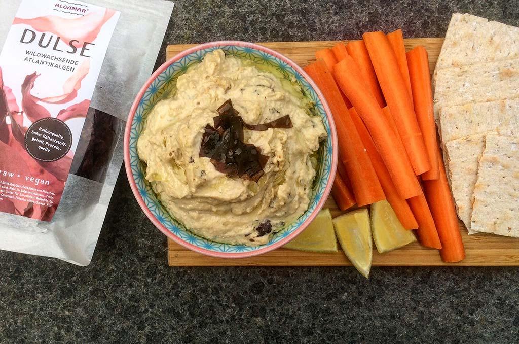 Foto eines Tellers mit Dulse-Hummus