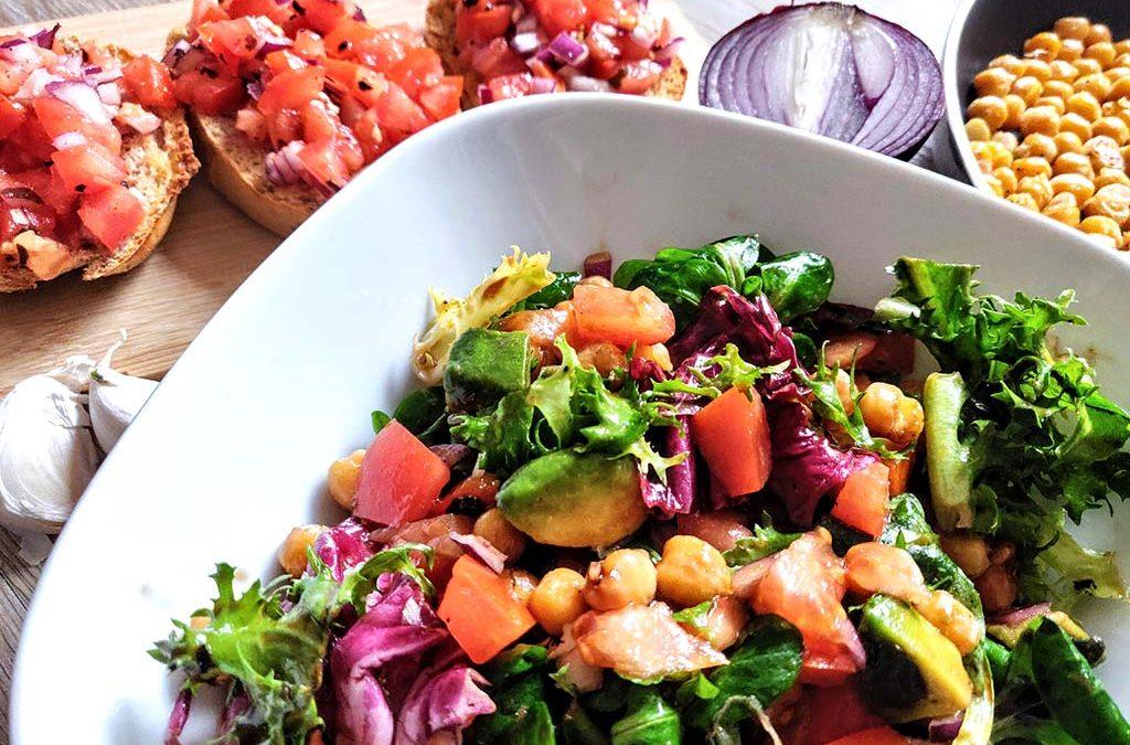 Fruchtiger Salat mit Kichererbsen und Wakame-Bruschetta