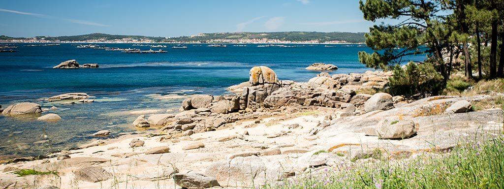 Foto der Atlantiküste in Galizien mit Felsen im Vordergrund