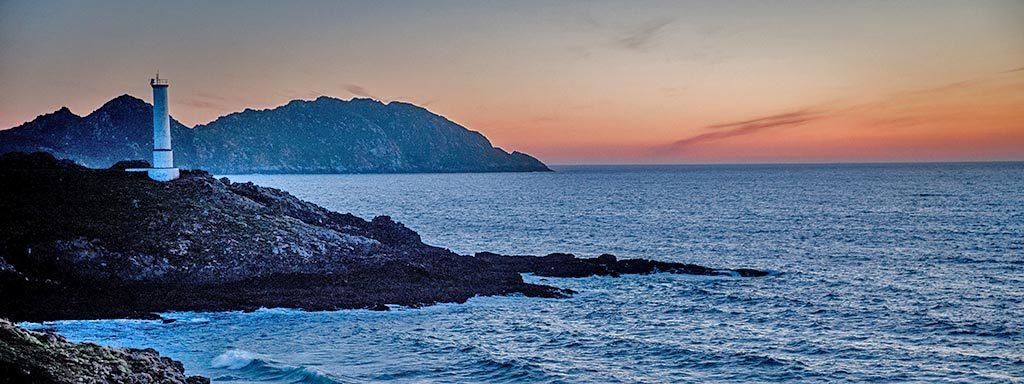 Foto der Atlantikküste mit Leuchtturm im Sonnenuntergang