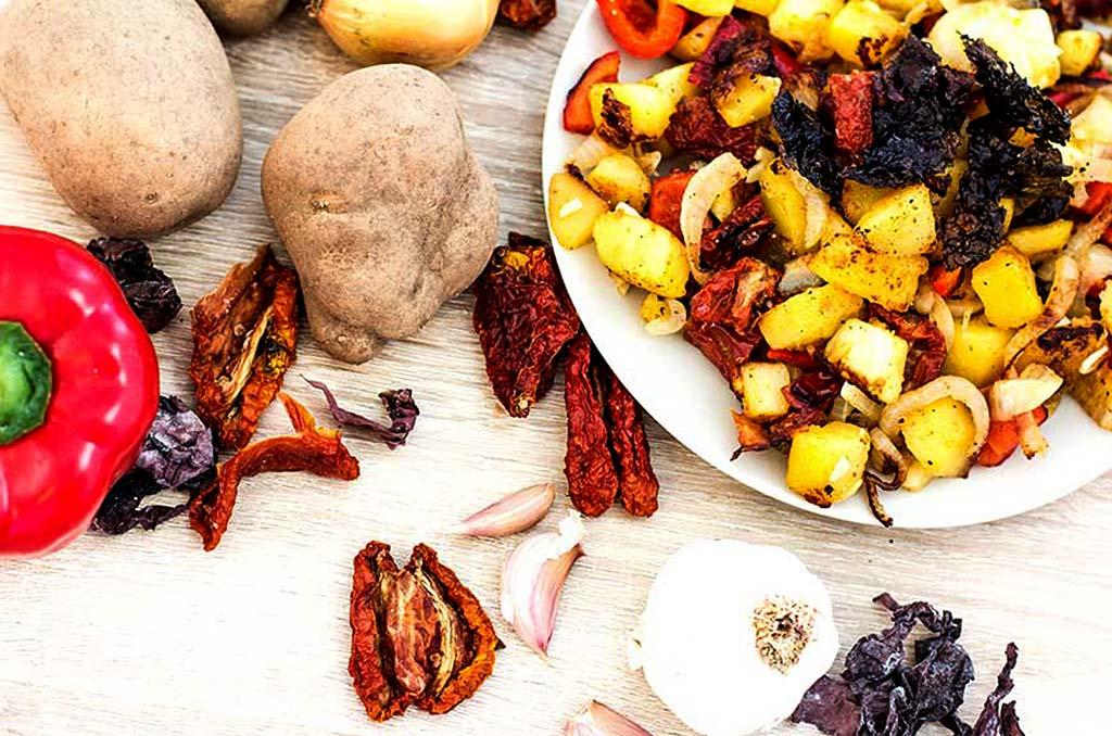 Foto einer Kartoffelpfanne mit mediterranem Gemüse und Dulse Chips
