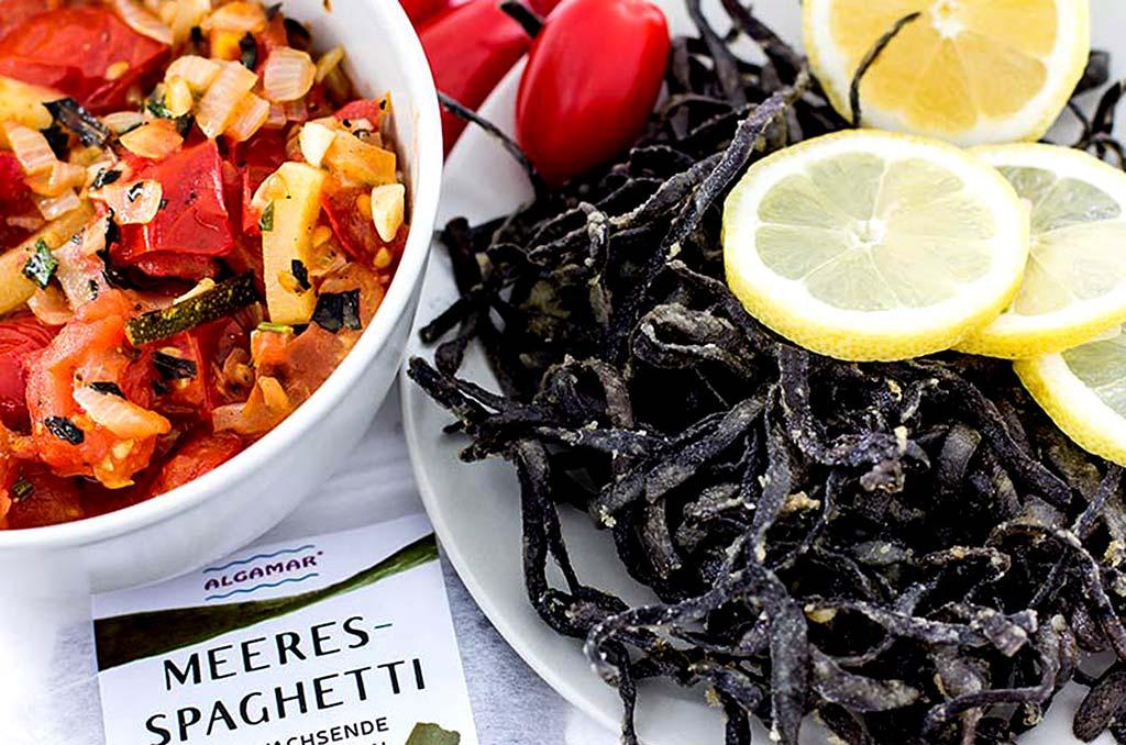 Foto eines Gerichtes aus krossen Meerespaghetti mit Gemüsepfanne