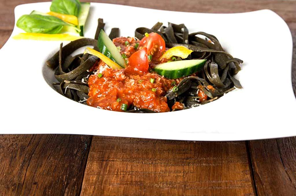 Foto eines Gerichts aus Meeresspaghetti mit Tomatensoße