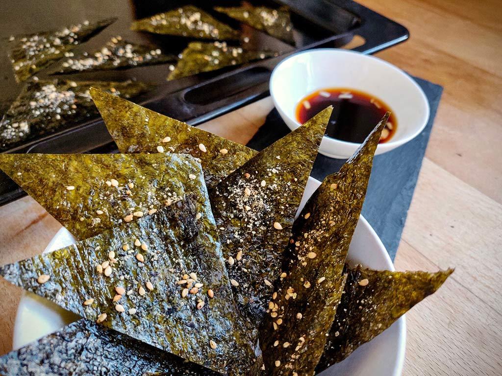 Foto einer Schale mit Algen Chips mit Soja Dip