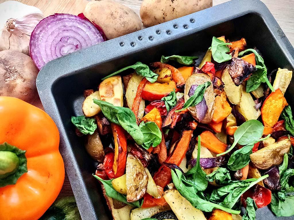 Foto einer Gerichtes aus Ofengemüse und Algen für Salat