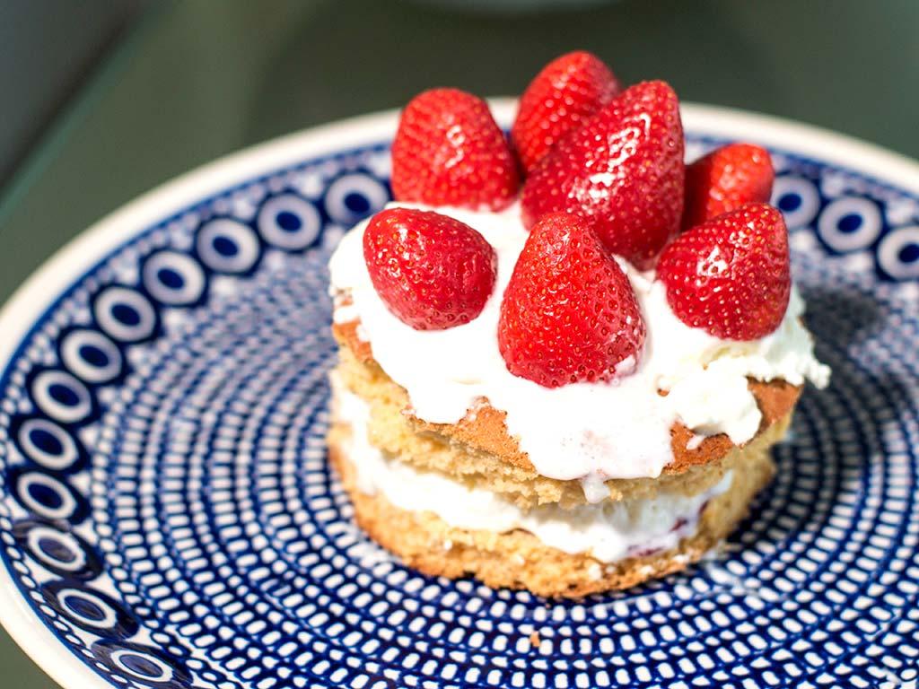 Foto einer Kwarktaart met aardbeien, slagroom en agar agar