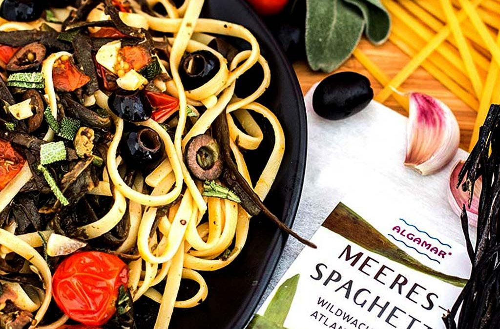 Linguine in Tomaten-Salbeisauce mit Meeresspaghetti