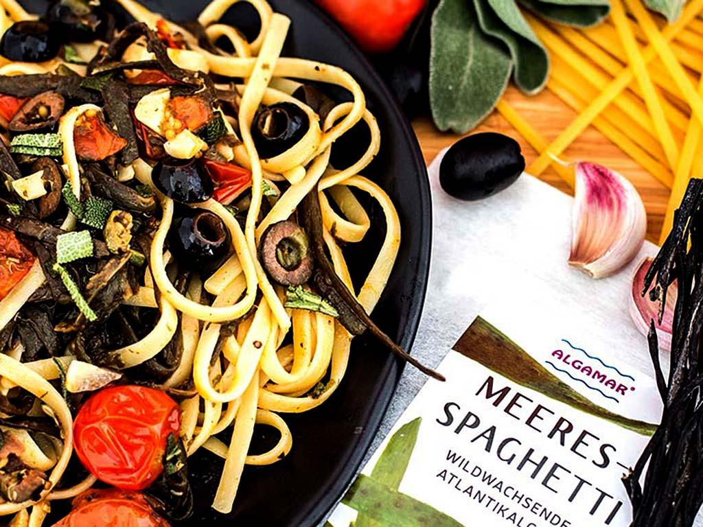 Foto eines Tellers mit Linguine in Tomaten-Salbeisauce mit Meeresspaghetti