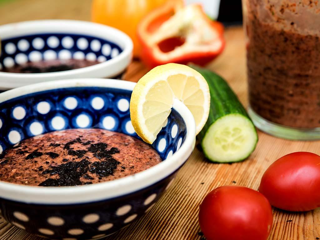 Foto eines Gerichtes mit Sommer-Gazpacho und Nori-Algen