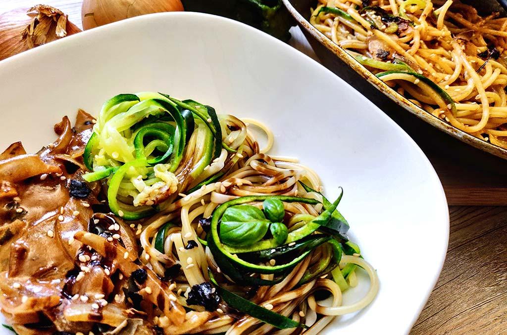 Foto eines Tellers mit Spaghetti und Zoodles in einer Nori-Sesam Sauce