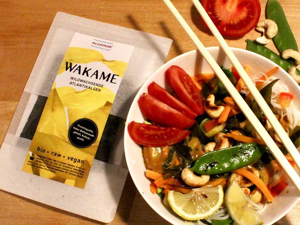 Foto van Thaise curry met kokosmelk, groente en wakame