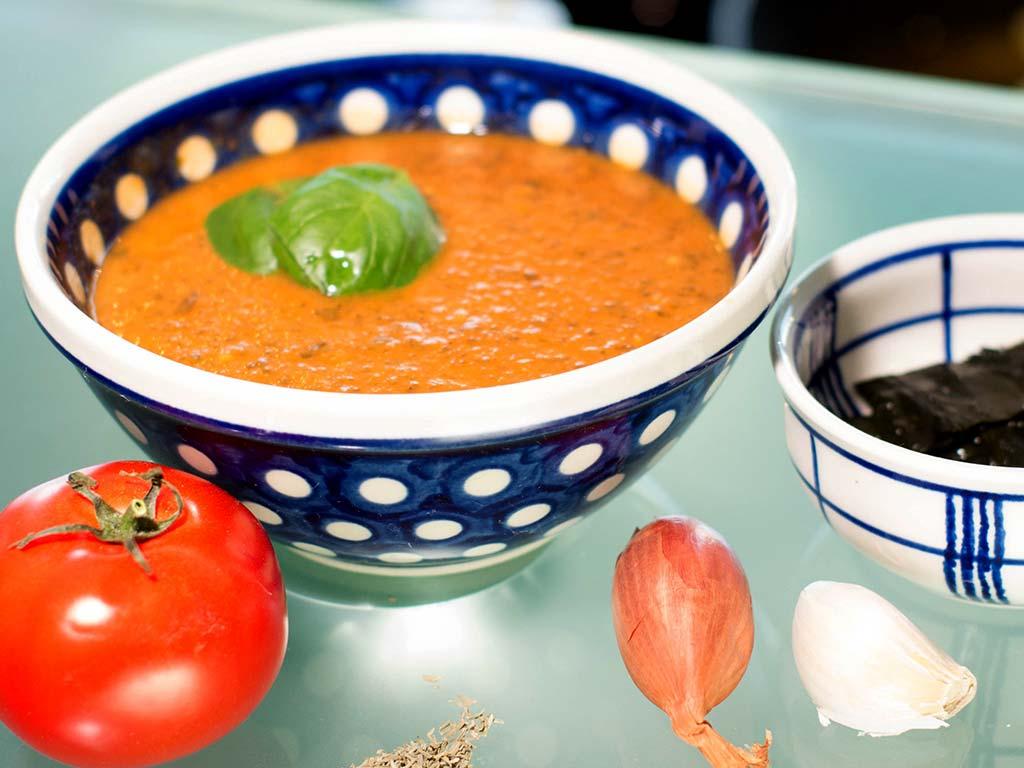 Foto einer Tomatensuppe mit Wakame Algen