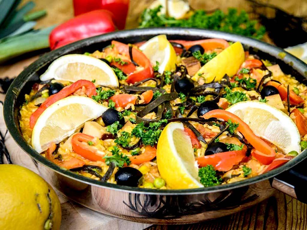 Foto einer veganen Paella mit Meerespaghetti