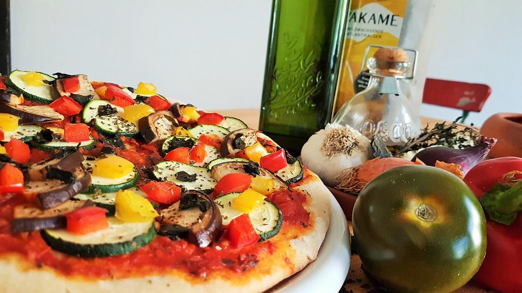Foto einer Pizza mit Wakame-Algen im Teig
