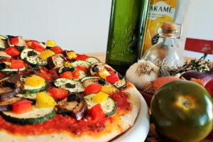 Vegane Pizza mit Wakame Algen im Teig