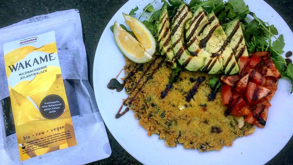 Foto eines Tellers mit veganem Omellete und Wakame Algen
