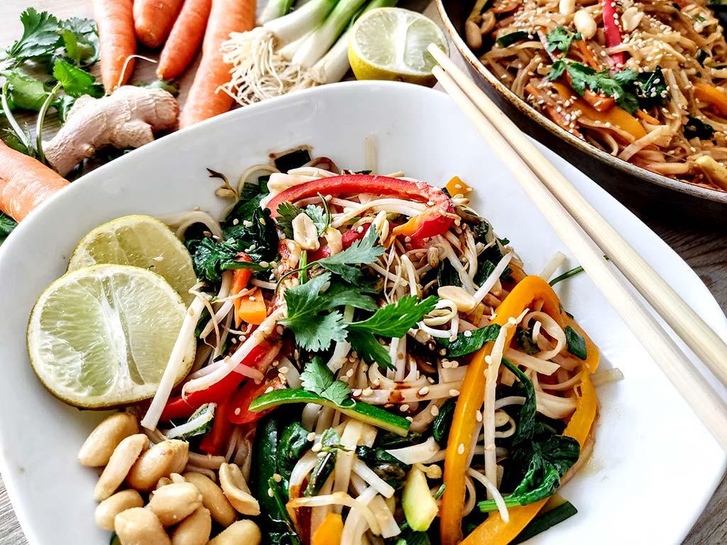 Foto eines Veggie-Reisnudelgerichtes mit Meeresalgen