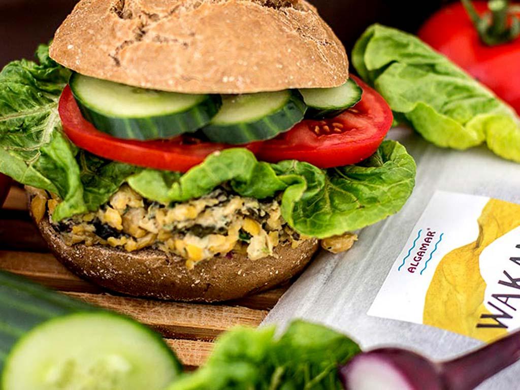 Foto eines veganen Burgers mit Kichererbsen-Wakame-Patty