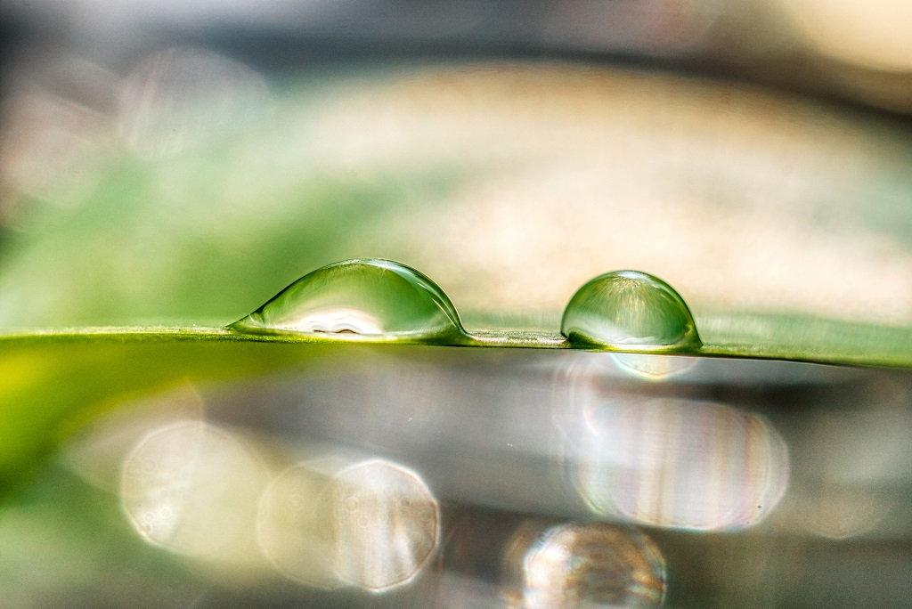 Foto von zwei Wassertropfen auf klarer Wasseroberfläche